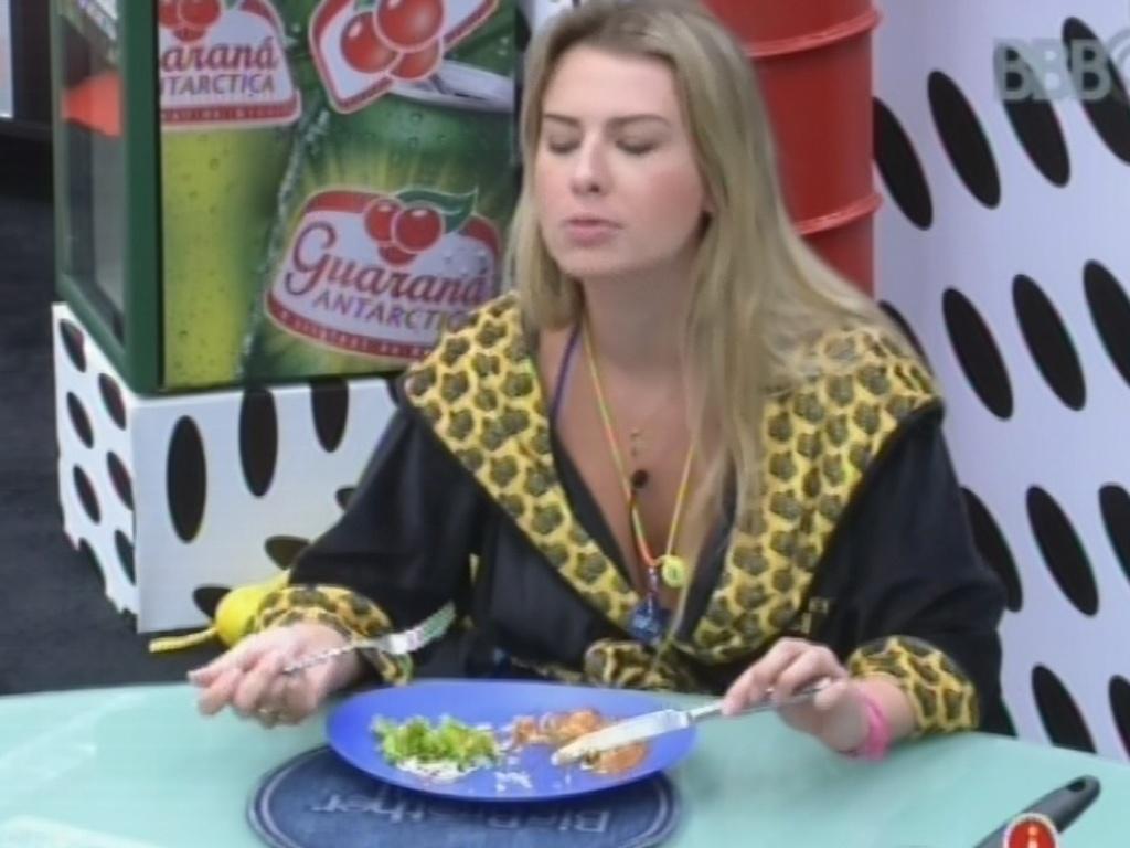 11.mar.2013 - Fernanda come almoço preparado por Fani na casa principal