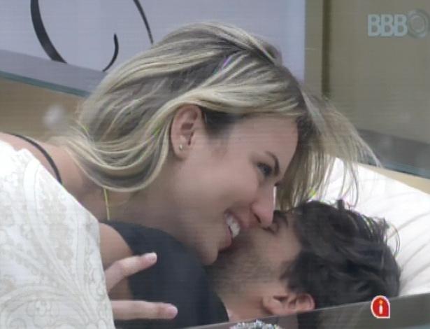 11.mar.2013 - Fernanda e André trocam carícias no quarto do líder