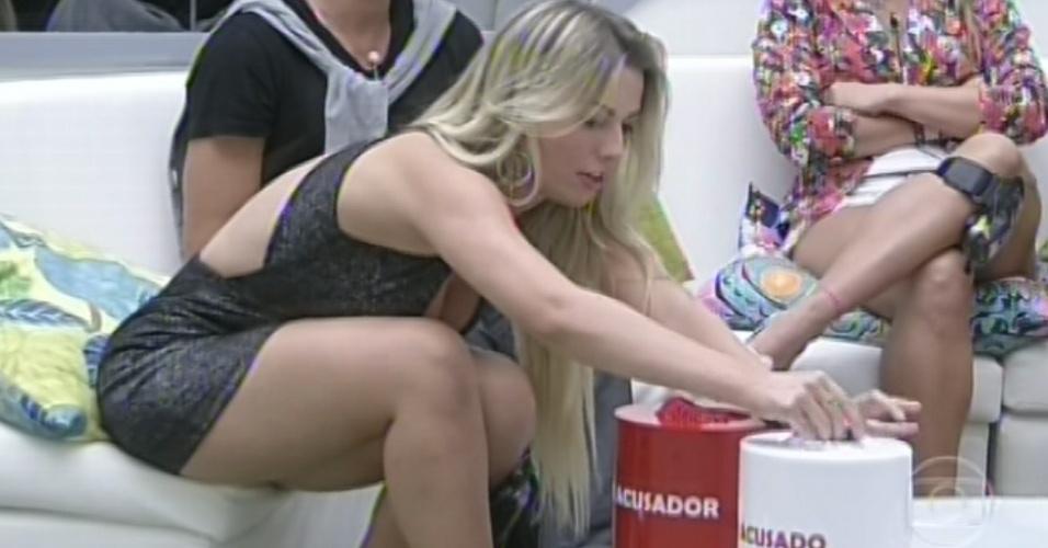 11.mar.2013 - Fernanda faz sorteio para o jogo da discórdia