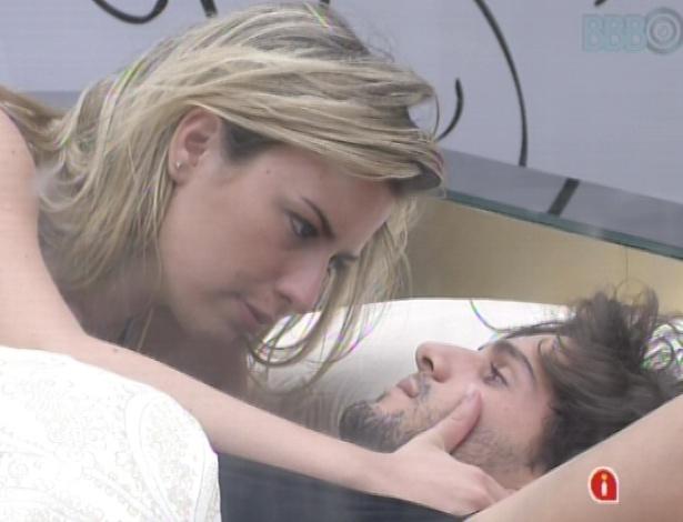 11.mar.2013 - Fernanda fica especulando a formação do sétimo paredão e André fica nervoso em ver a sister triste