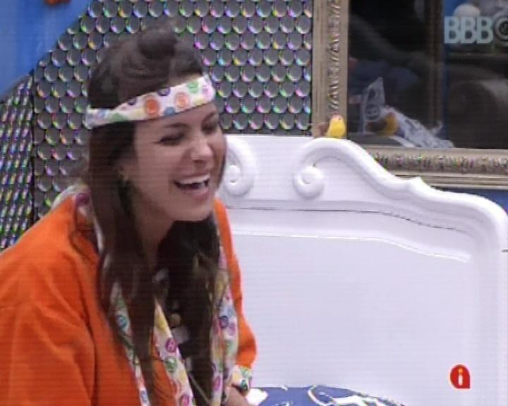 """11.mar.2013 - Kamilla pede aos amigos, André e Fernanda, pediram aos internautas para ela ficar no jogar. """"Fora Nasser, Andressa"""", diz Kamilla, aos risos"""