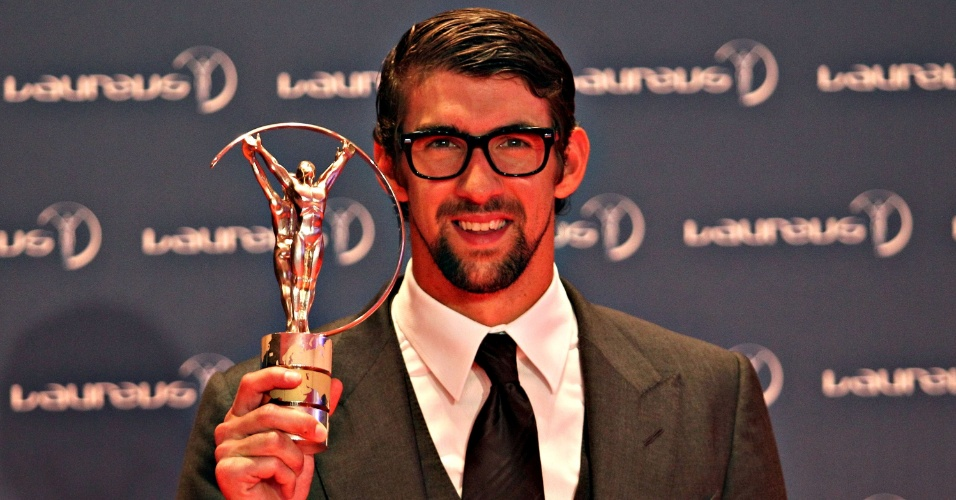 11.mar.2013 - Michael Phelps exibe o troféu conquistado no Prêmio Laureus