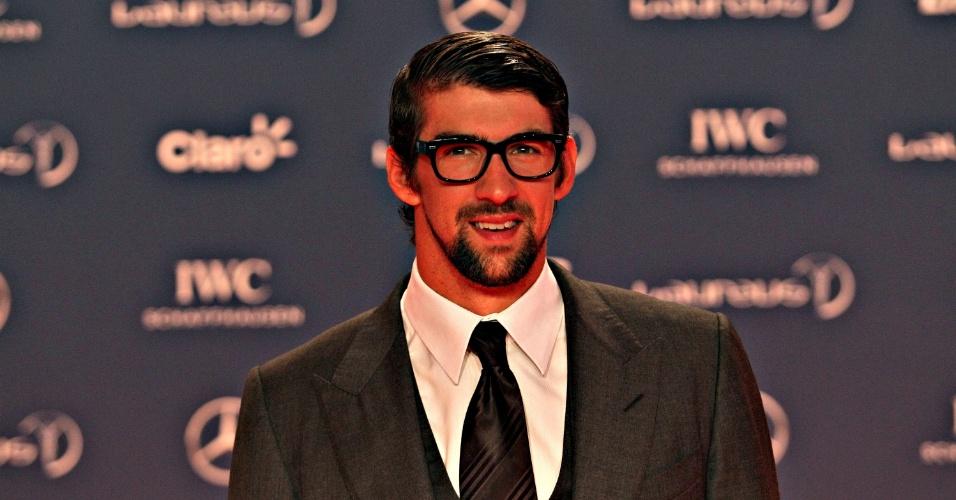 11.mar.2013 - Michael Phelps sorri para os fotógrafos no tapete vermelho do Prêmio Laureus