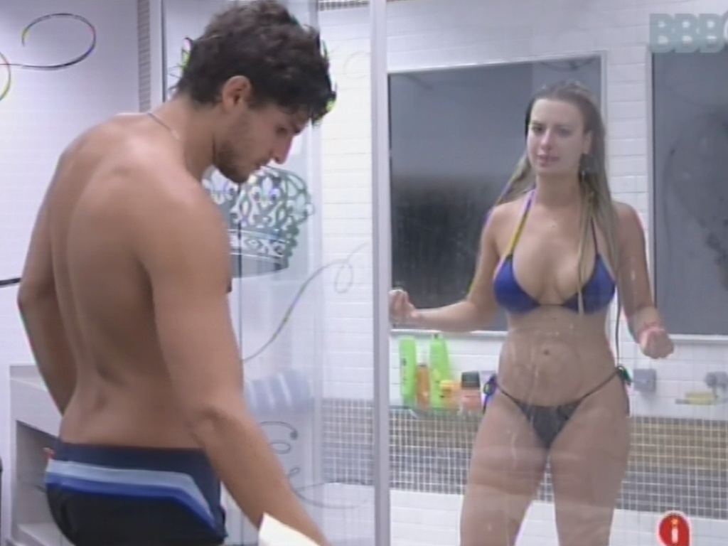 11.mar.2013 - No banho, Fernanda conta a André que tem vontade de levar Andressa e Fernanda para o cinema, mas acredita que isso pode causar confusão