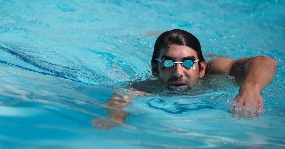 11.mar.2013 - No Rio de Janeiro para o prêmio Laureaus, o ex-nadador Michael Phelps visitou a favela da Rocinha e nadou com crianças em complexo polidesportivo