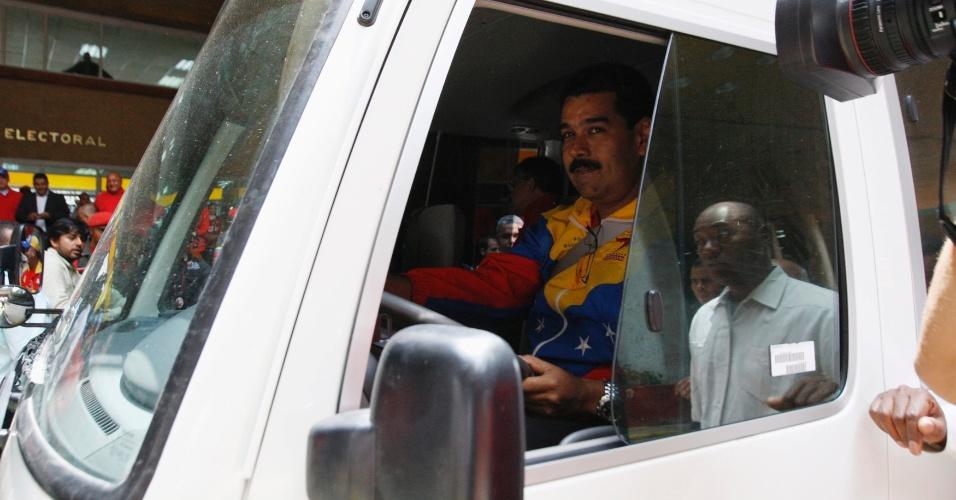 11.mar.2013 - O presidente interino da Venezuela e ex-motorista de ônibus, Nicolás Maduro, chega ao CNE (Conselho Nacional Eleitoral), em Caracas, dirigindo um ônibus. Maduro, que foi vice do presidente Hugo Chávez, registrou nesta segunda-feira (11) sua candidatura para disputar as eleições presidenciais convocadas para 14 de abril