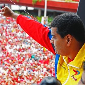 Maduro acena para eleitores após registrar candidatura no Conselho Nacional Eleitoral - Carlos Garcia Rawlins/Reuters