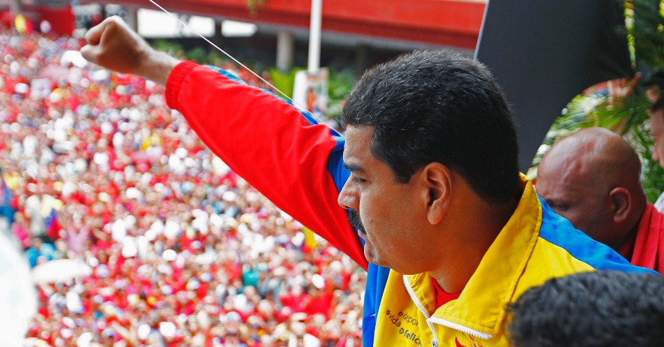 11.mar.2013 - O presidente interino da Venezuela, Nicolás Maduro, acena para partidários depois de registrar candidatura para as eleições presidenciais de 14 de abril