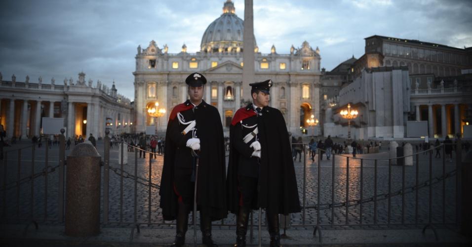 11.mar.2013 - Policiais italianos se posicionam em frente à Basílica de São Pedro, no Vaticano, nesta segunda-feira. Os cardeais católicos celebram hoje a última congregação preparatória antes do conclave, que acontece nesta terça-feira (12), para a escolha do novo papa