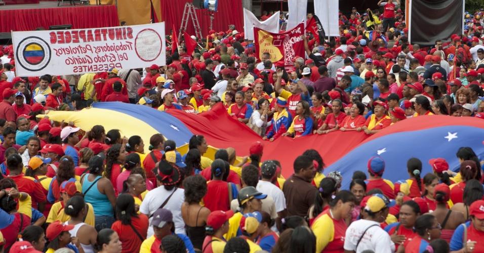 11.mar.2013 - Seguidores do ex-presidente da Venezuela, Hugo Chávez, se reúnem nesta segunda-feira (11) no centro de Caracas para apoiar o presidente interino Nicolás Maduro, que irá realizar a inscrição de sua candidatura e fazer um discurso