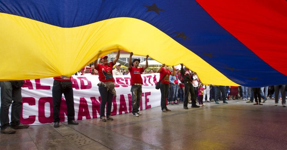 11.mar.2013 - Seguidores do ex-presidente da Venezuela, Hugo Chávez, se reúnem nesta segunda-feira (11) no centro de Caracas para apoiar o presidente interino Nicolás Maduro, que realiza a formalização de sua candidatura à presidência da Venezuela