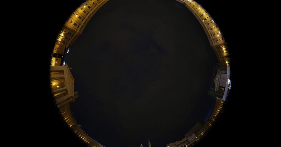 11.mar.2013 - Vista da Basílica de São Pedro, com efeito fotográfico, durante a última congregação preparatória para o conclave, no Vaticano, nesta segunda-feira. Os cardeais católicos celebram hoje a última congregação preparatória antes do conclave, que acontece nesta terça-feira (12), para a escolha do novo papa