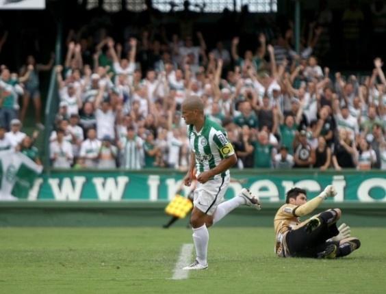Alex fez o gol do Coritiba no empate diante do Operário