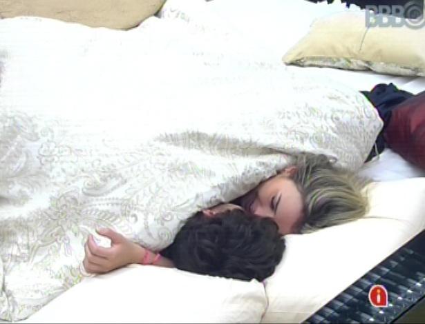 André e Fernanda trocam beijos e carícias embaixo do edredon