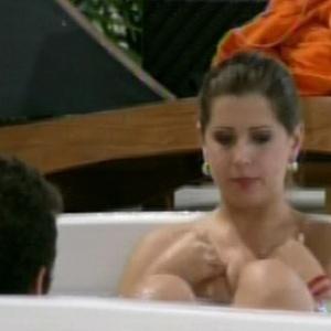 Emparedada, Andressa chora e lamenta indiferença de Fernanda