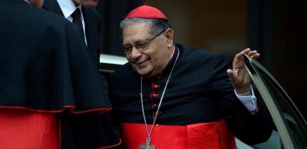 O cardeal indiano Ivan Dias chega ao Vaticano nesta segunda (11) para reunião do conclave