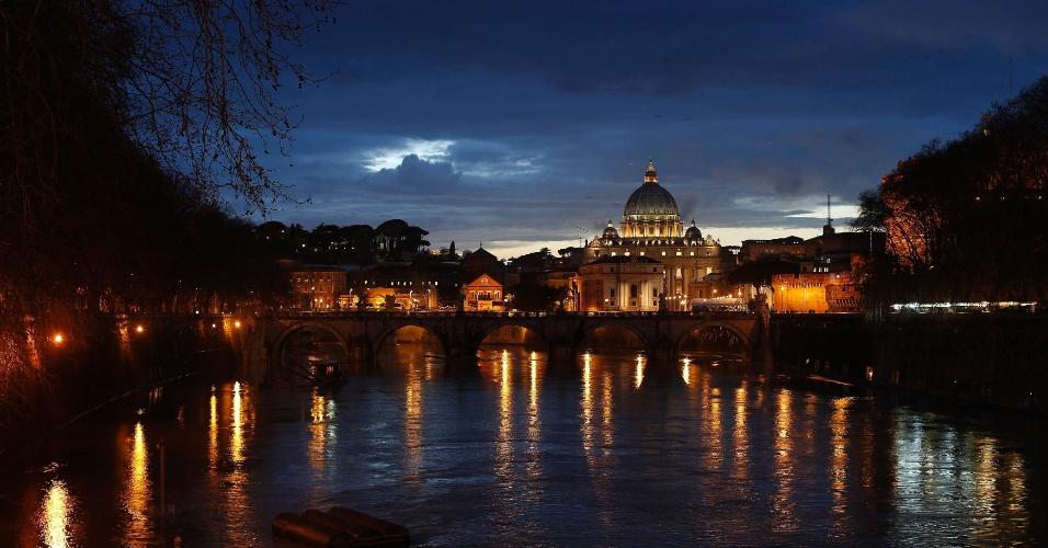11.mar.2013 - Basílica de São Pedro no Vaticano é vista do rio Tibre, em Roma, um dia antes do início do conclave que vai eleger o novo papa