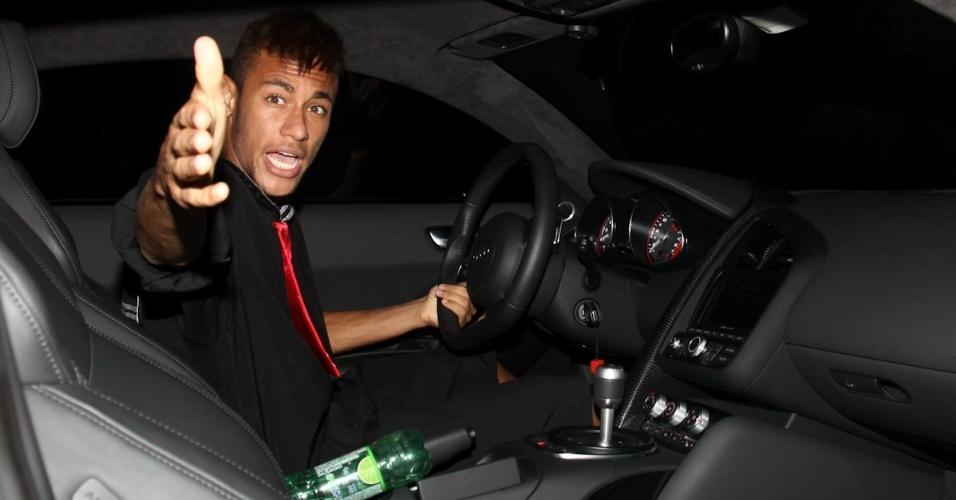 11.mar.2013 - Neymar deixa o local após comemorar o aniversário de 30 anos do cantor Thiaguinho, na Vila Olímpia, Zona Oeste de São Paulo