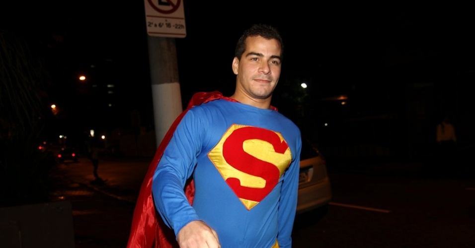 11.mar.2013 - O ator Thiago Martins foi de Super-Homem ao aniversário de 30 anos do cantor Thiaguinho, na Vila Olímpia, Zona Oeste de São Paulo