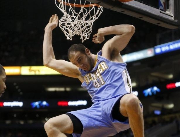 11.mar.2013 - O grego Kosta Koufos crava a bola durante o 1° tempo da partida entre Nuggets e Suns