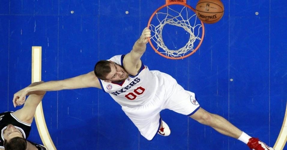 11.mar.2013 - O pivô Spencer Hawes tenta enterrada com estilo na partida de seu 76ers contra os Nets