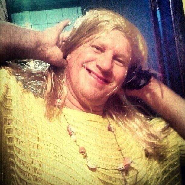 11.mar.2013 - Pai de Grazi Massafera usa peruca loira para imitar a filha