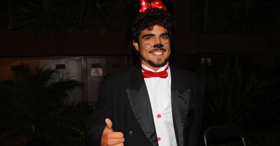 11.mar.2013 - Vestido de Minnie, Caio Castro chega na festa do cantor Thiaguinho, na Vila Olímpia, Zona Oeste de São Paulo