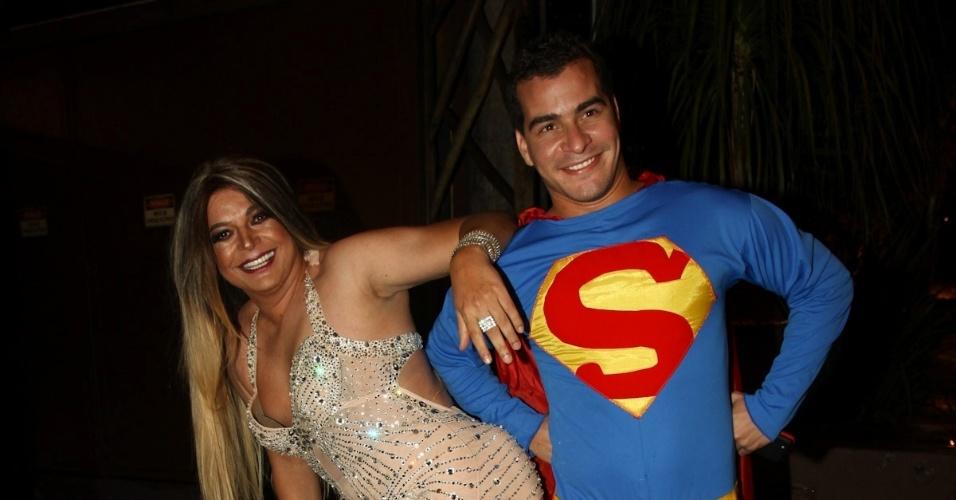 11.mar.2013 - Vestido de mulher, David Brazil posa ao lado do ator Thiago Martins no aniversário de 30 anos do cantor Thiaguinho, na Vila Olímpia, Zona Oeste de São Paulo