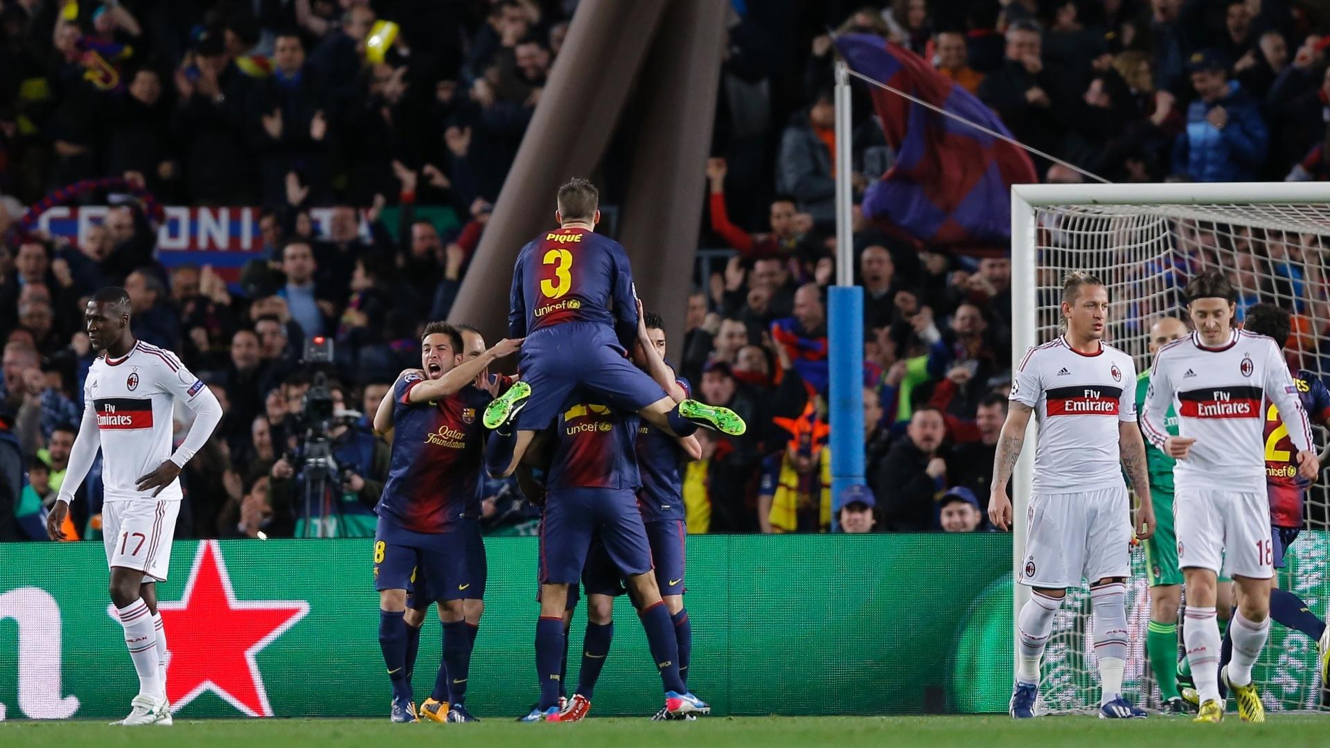12.03.2013 - Jogadores do Barcelona comemoram gol de Messi, enquanto os do Milan mostram apreensão