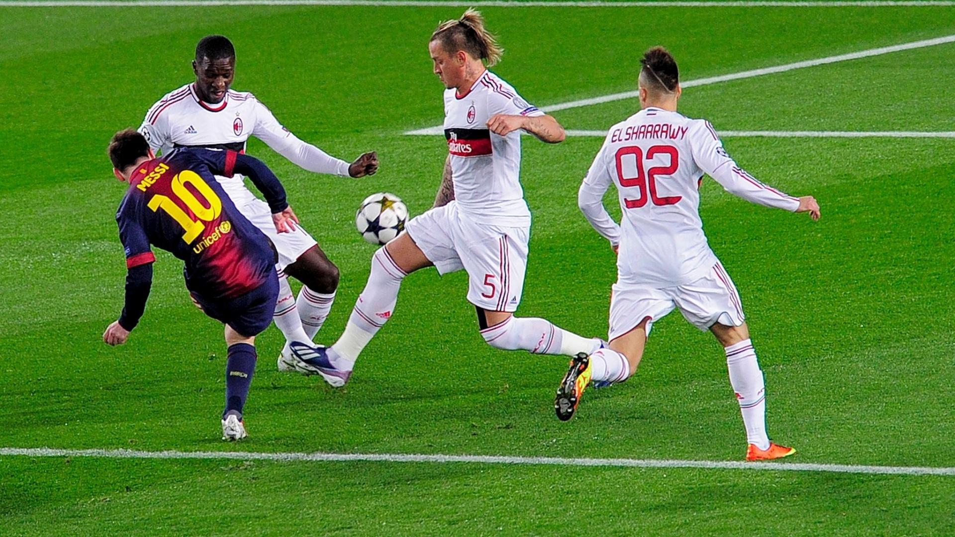 12.03.2013 - Mesmo cercado por dois marcadores, Messi chuta e faz um golaço para o Barcelona contra o Milan
