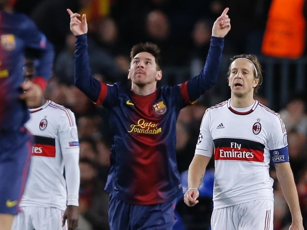 12.03.2013 - Messi ergue as mãos para comemorar gol do Barcelona. Foi o seu sexto tento na Liga dos Campeões