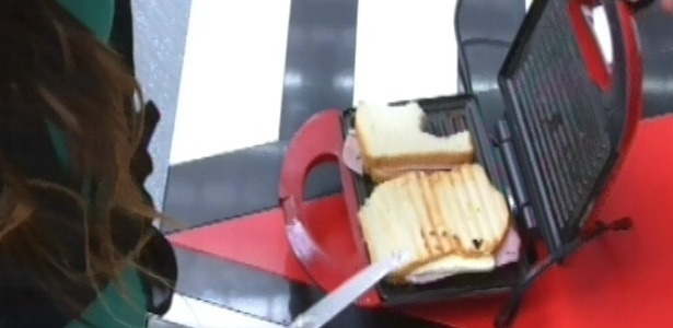 12.mar.2013 - A miss paraense preparou dois lanches para ela logo cedo