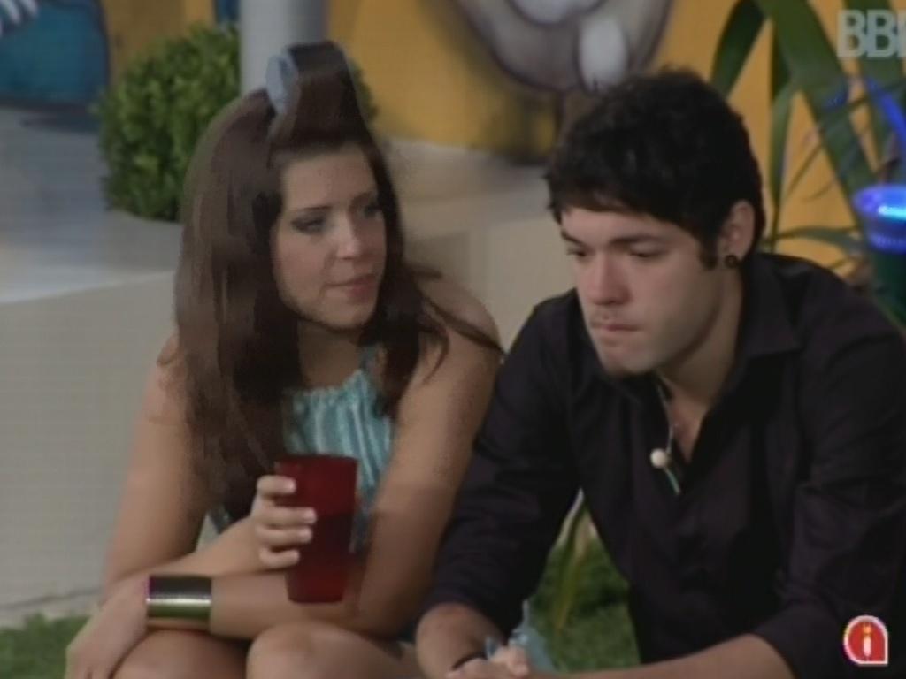 12.mar.2013 - Andressa tenta consolar Nasser após brother chorar. Os dois estão emparedados com Kamilla