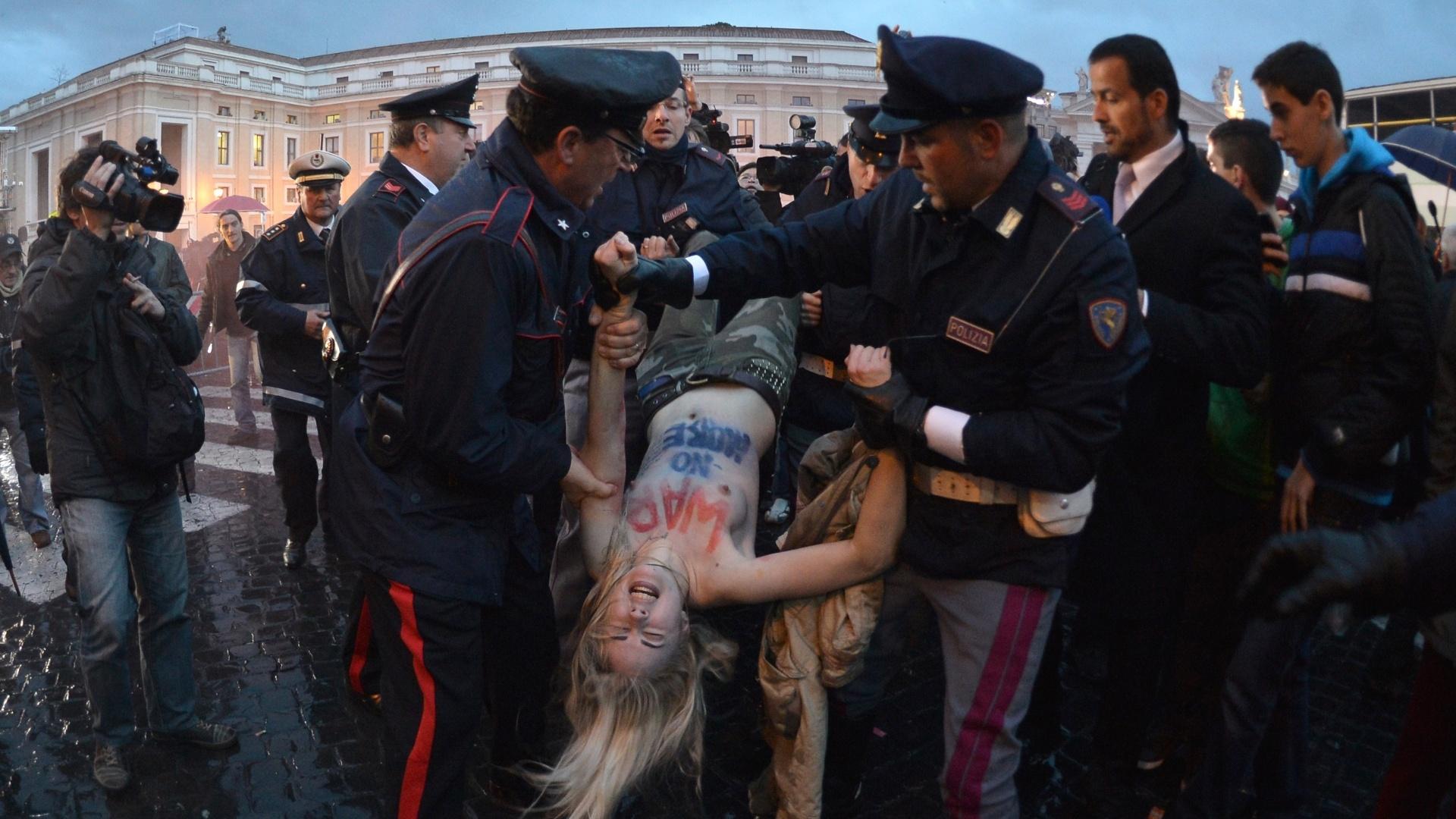 12.mar.2013 - Ativista do coletivo feminista Femen é detida por policiais próximo da praça São Pedro, no Vaticano, durante protesto contra o conclave. Mais de cem cardeais estão reunidos na capela Sistina para a escolha do novo papa