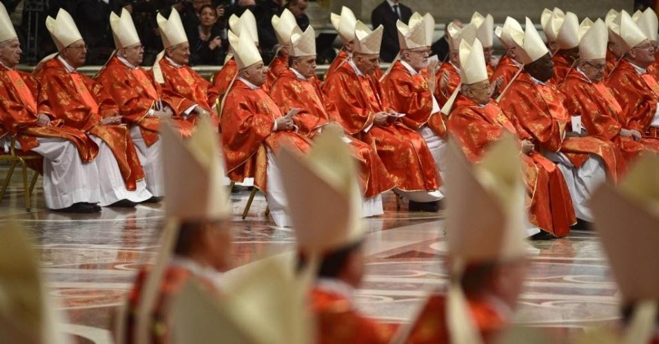 12.mar.2013 - Cardeais assistem à missa