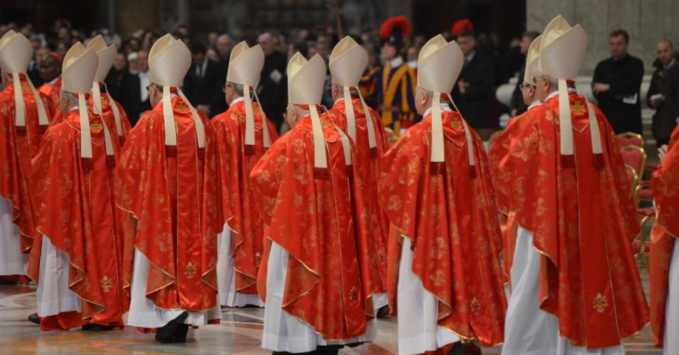 12.mar.2013 - Cardeais chegam à basílica de São Pedro, no Vaticano, para participar da missa