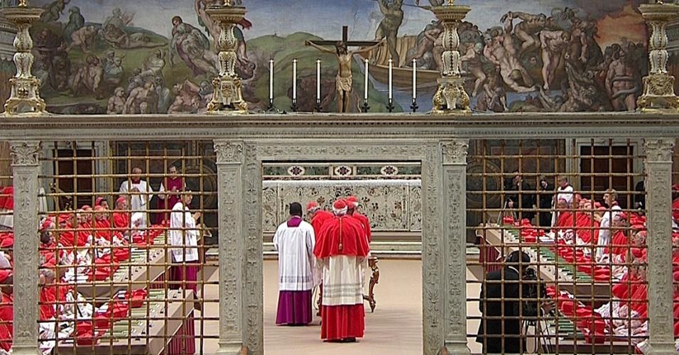 12.mar.2013 - Cardeais entram na Capela Sistina, no Vaticano, para começar o conclave para eleger o novo papa que irá suceder Bento 16, que renunciou ao cargo em 28 de fevereiro