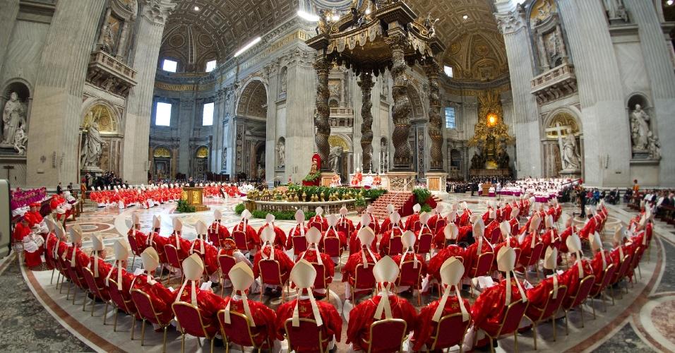 12.mar.2013 - Cardeais se sentam durante missa na basílica de São Pedro, na manhã desta terça-feira, antes de começo do conclave que escolherá o novo papa, no Vaticano