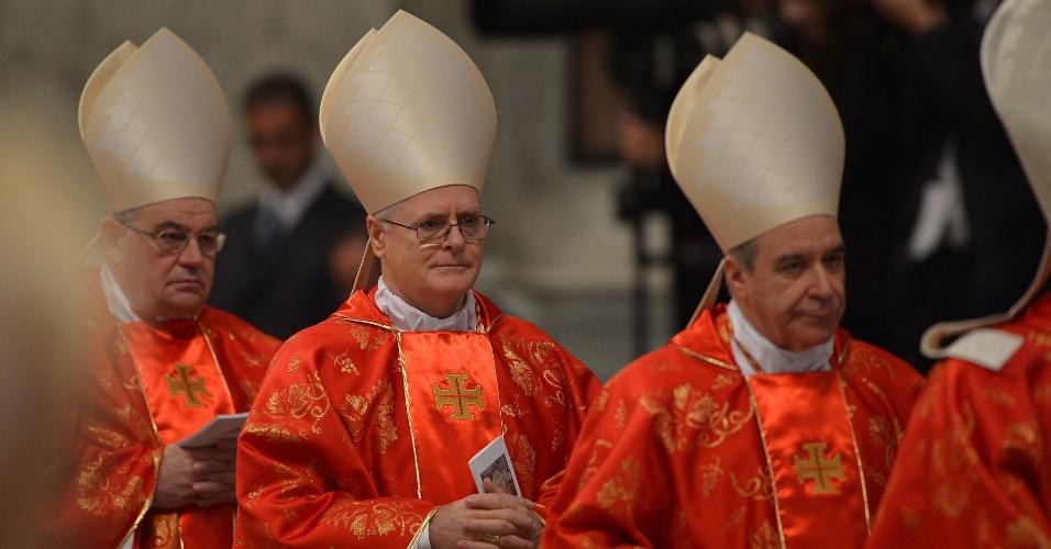12.mar.2013 - Cardeal Brasileiro dom Odilo Scherer (centro) chega à basílica de São Pedro, no Vaticano, para participar da missa