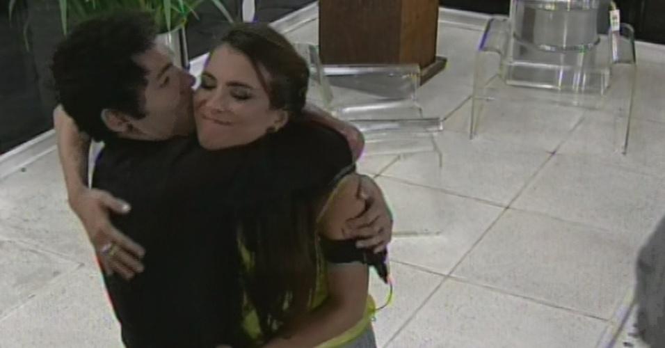 """12.mar.2013 - Décima eliminada do """"BBB13"""", Kamilla dá abraço em Nasser"""
