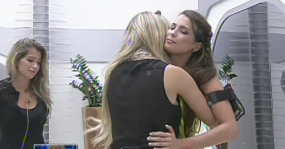 "12.mar.2013 - Décima eliminada do ""BBB13"", Kamilla dá abraço na amiga Fernanda"