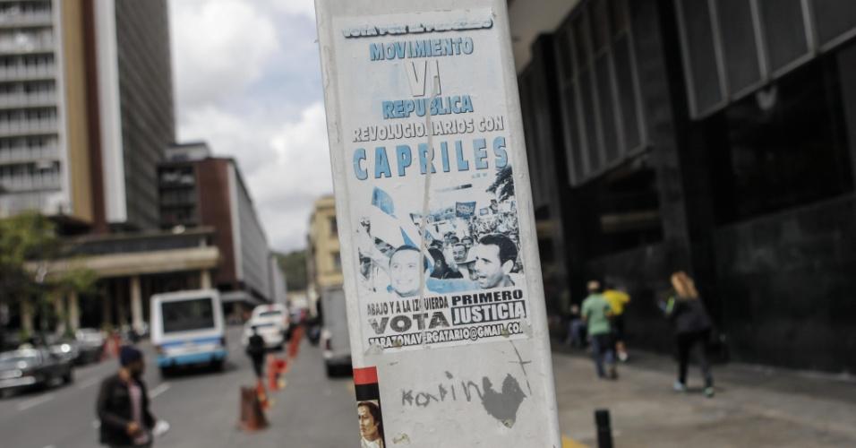 12.mar.2013 - Depois de declarar que vai concorrer novamente às eleições presidenciais, campanha do opositor do chavismo e governador de Miranda, Henrique Capriles, pode ser vista em Caracas em um modesto cartaz. Capriles enfrentará em 14 de abril o presidente encarregado da Venezuela, Nicolas Maduro, sucessor de Hugo Chávez, que morreu em 5 de março, vítima de câncer