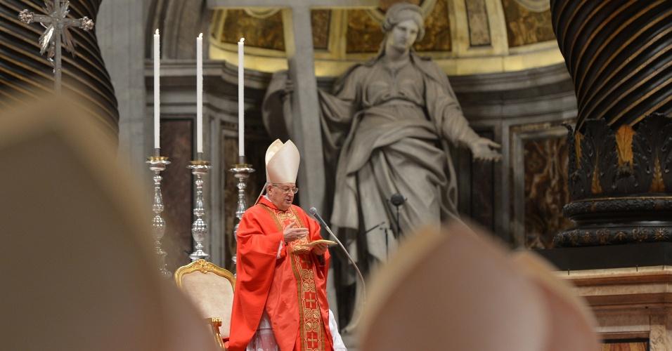 12.mar.2013 - Durante a missa que antecede o início do conclave que vai eleger o próximo papa, o cardeal Angelo Sodano pediu