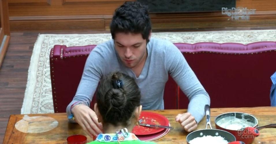 12.mar.2013 - Emparedado, Nasser almoça na xepa com Andressa