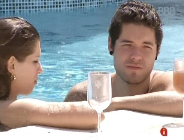 12.mar.2013 - Emparedados, Nasser e Andressa aproveitam a piscina em dia de eliminação