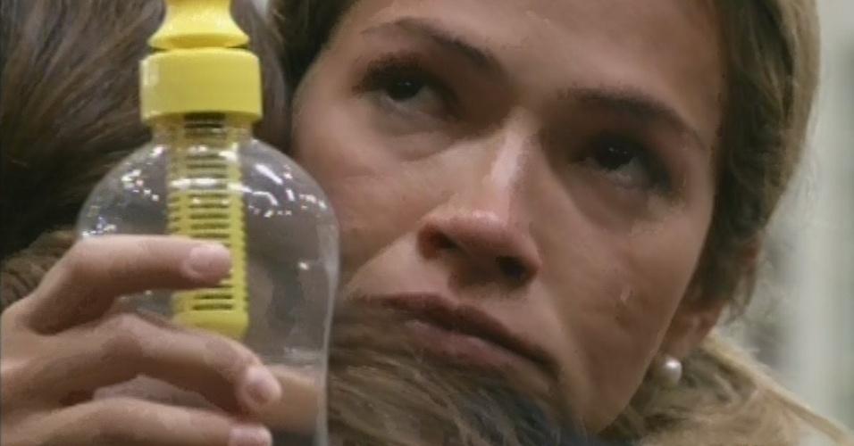 12.mar.2013 - Fani chora ao abraçar Kamilla e diz que torce pela miss no paredão