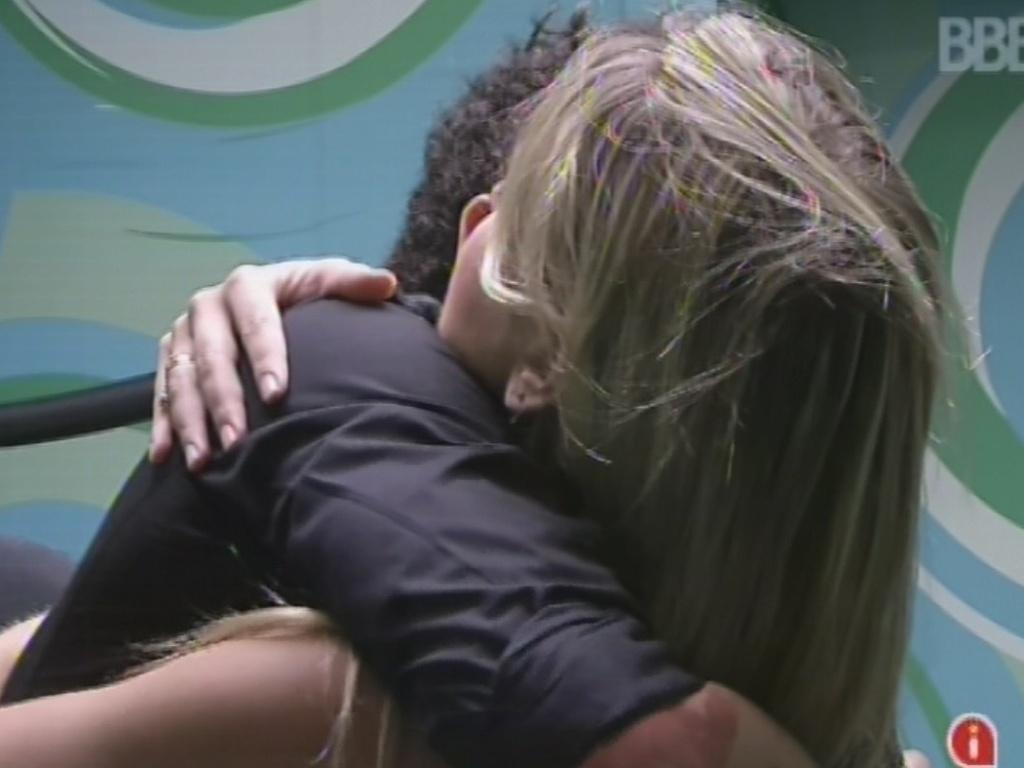 12.mar.2013 - Fernanda abraça Nasser, emparedado com Andressa e Kamilla