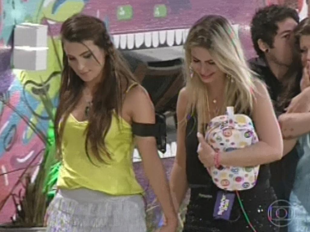 12.mar.2013 - Fernanda chora ao acompanhar Kamilla até a porta da casa. A miss deixou a casa com 68% dos votos