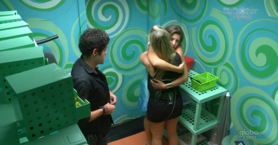 12.mar.2013 - Fernanda dá abraço na emparedada Andressa