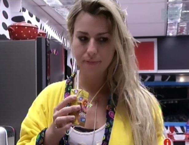 12.mar.2013 - Fernanda toma café da manhã na manhã desta terça-feira
